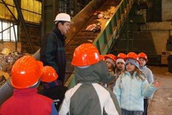 Vzdelávanie v praxi. Centrum pre školákov pripravuje i exkurzie do strediska triedenia odpadov, skladov či spaľovne.