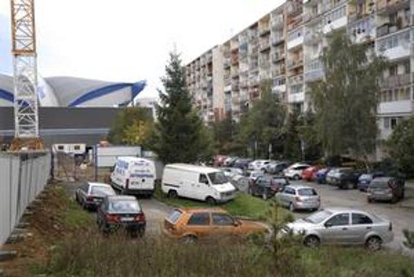 Kritická situácia. Obyvatelia Jánošíkovej ulice nemajú kde parkovať. Deje sa tak nielen podvečer po príchode domov, ale aj počas samotného dňa.
