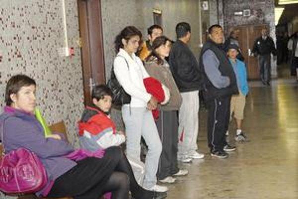 Pred pojednávacou miestnosťou. Na proces prišli aj rodiny týraných chlapcov.