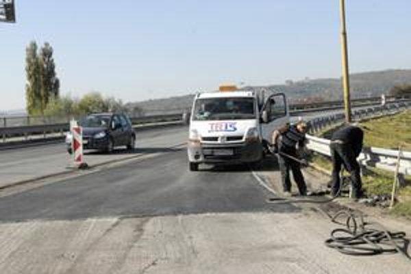 Oprava príjazdového pruhu. Vodiči by mali pri prejazde furčianskou križovatkou zbystriť pozornosť.