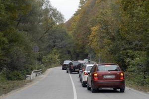 Koniec uzávierky. Motoristi sa potešili znovuotvoreniu Kostolianskej cesty. Je obojsmerne prejazdná.
