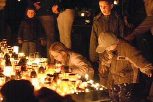 Najpôvabnejšie dušičkové miesto v Košiciach. Centrálny kríž na verejnom cintoríne. Pre deti je to zážitok.