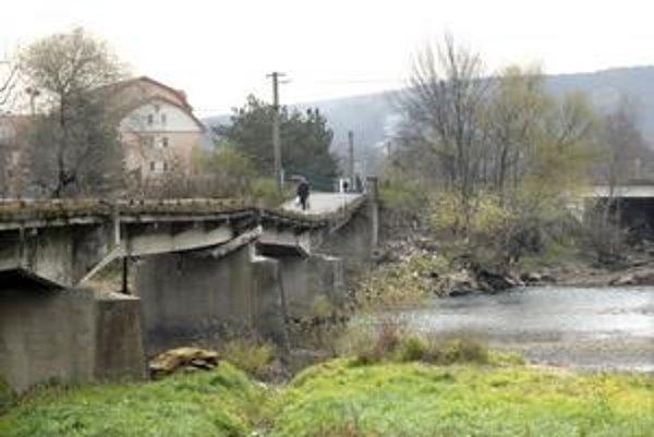 """Trúfajú si. Po tomto """"bezpečnom"""" moste chodia okrem ľudí aj autá a sanitka."""