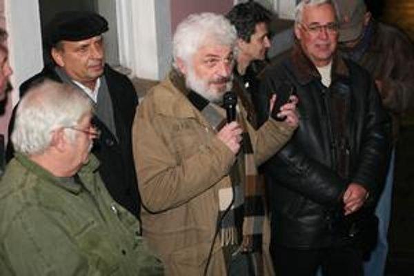 Zostali len spomienky. Takto si uctili minuloročný November '89 jeho protagonosti, bývalý šéf VPN Fedor Gál a poslanec Š. Tomčo (vpravo).