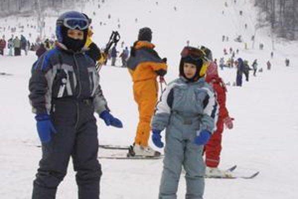 Snehu a lyžovačky sa nevedia dočkať najmä deti.