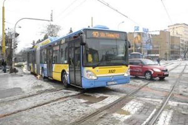 Doprava s problémami. Autobusy meškali iba trošku, električkám namŕzali koľaje.