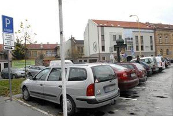 Hrozí odťah. Na rezidentských miestach možno parkovať iba do 17. hodiny. Potom už parkovisko patrí rezidentom.