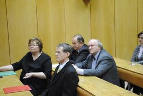 Kandidáti na dekana. V hornom rade zľava Ján Husár a Peter Vojčík, v dolnom rade zľava Gabriela Dobrovičová a Tibor Seman.