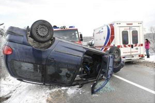 Šťastie v nešťastí. Vodička asi dostala šmyk. Prevrátenie auta nemalo fatálne následky.