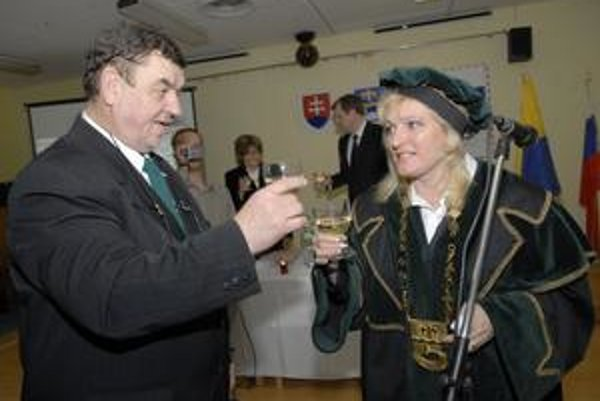 Zástupca Štefan Čabala a starostka Anna Jenčová si na svoje znovuzvolenie pripili.