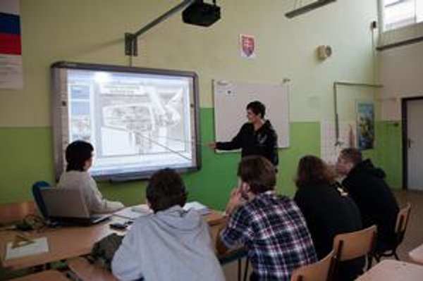 Interaktívna tabuľa. Učitelia i študenti môžu dotykom ovládať počítač.