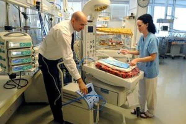 Riaditeľ DFN Peter Krcho a sestra Kliniky neonatológie DFN Lenka Hanuščáková pri prístroji.