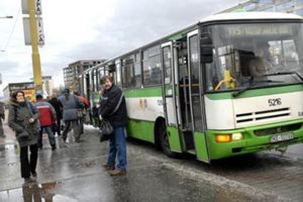 Zmätok v MHD. Na Moldavskej museli ľudia z autobusov vystúpiť.