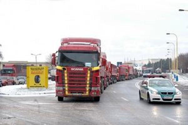 Kolóna kamiónov v košických uliciach.
