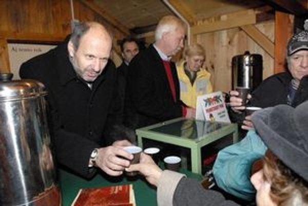 Primátor František Knapík pri predaji punču.