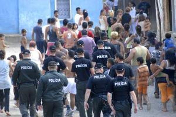 Rómske osady. Dvaja policajní špecialisti slúžia už dlhšie aj v Jasove. V lete po vražde dôchodkyne tu pomáhali vytypovať podozrivých.