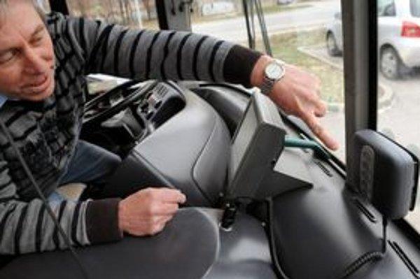 Mýtny systém v autobusoch DPMK je predmetom kritiky vedenia mesta.