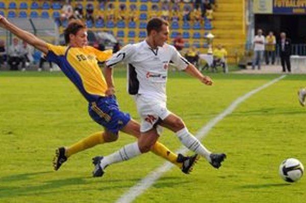 Prestup Nemanju Matiča (v žltom) do milionárskeho klubu FC Chelsea bude predmetom revízie hospodárenia v MFK Košice.