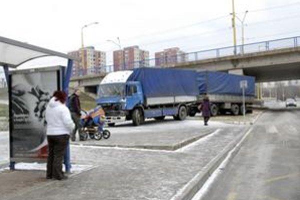 Havarovaný kamión. Vodič ho nechal napospas osudu a zmizol.