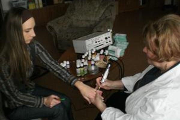 MUDr. Danica Nagyová takto meria pacientke energetické vyžarovanie v akupunktúrnych bodoch energetických dráh.