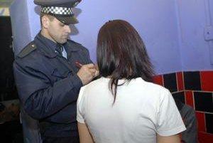 Záťahy mestskej polície sú zamerané aj na to, či mladším ako 18 rokov nalejú alkohol.