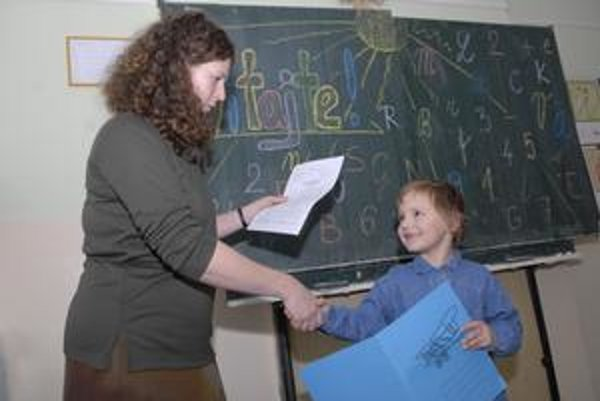 Hovorca triedy. Peťko sa v škole našiel, okomentuje všetko, aj vysvedčenie.