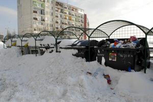 Kontajnery na Furči. Včera boli zavalené snehom, odviezť smeti bolo nemožné.