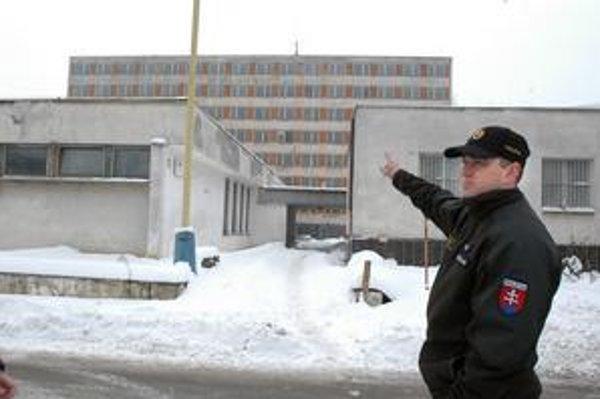 Riaditeľ OR PZ Košice Rastislav Jedinák ukazuje, kde bude sídliť vyšetrovačka a kriminálka.