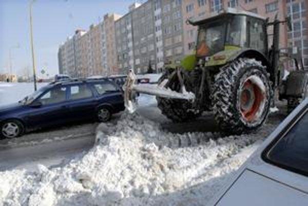 Mechanizmy mali po veľkej nádielke snehu sťažené podmienky na prácu najmä na medziblokových komunikáciách.