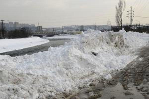 So snehom do vody. Sneh z ulíc mesta končí aj v koryte Hornádu. Miesta je v ňom ešte dosť.