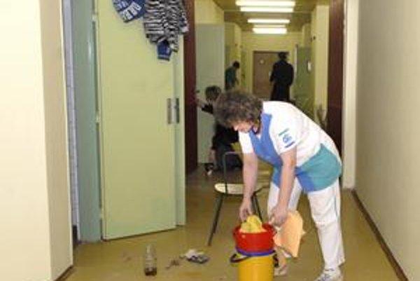 Úpravy. Pracovníci prispôsobujú priestory potrebám malých pacientov.