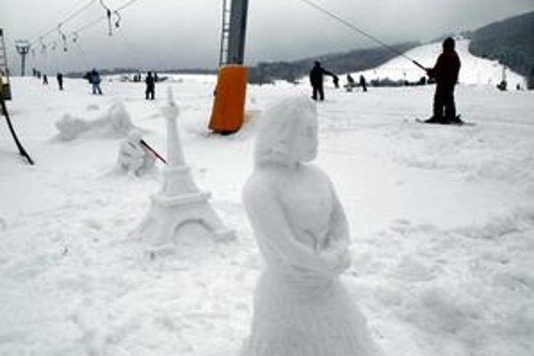 Kavečany. Košičania tam lyžujú a robia aj snehové sochy. DPMK pre návaly lyžiarov posilnil dopravu do tohto strediska i na Jahodnú.