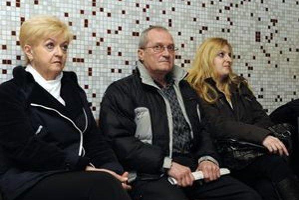 Príbuzní Kataríny Jonecovej - zľava: matka, otec a sestra. Z päťročného trestu pre Petra Hlaváča sú rozhorčení.