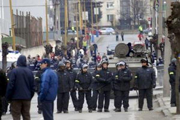 Policajné manévre. Takto to vyzeralo minulý rok v Prešove pred zápasom s Košicami.