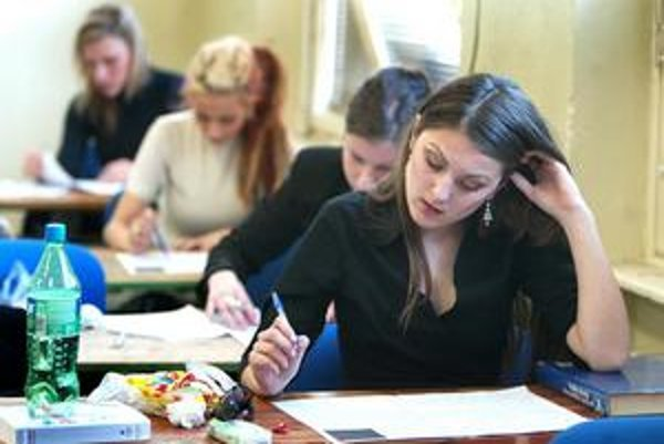 Maturanti. Dnes majú na programe písomnú časť zo slovenského jazyka a literatúry.