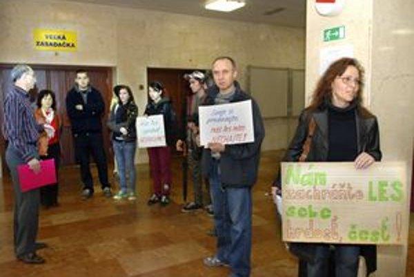 Ťahanovský les sa stal predmetom protestov aktivistov, ktorí organizovali aj petíciu proti predaju.