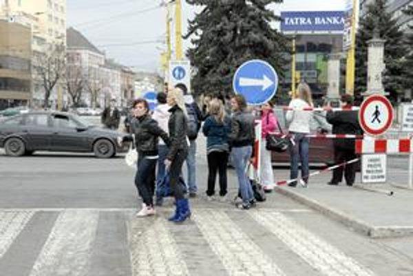 Odstavený priechod. Mnohí Košičania zákaz prechádzania ignorujú a riskujú (zabalený semafor je na snímke vpravo v krúžku).