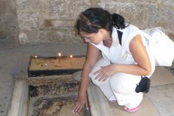 V mešite Nanebovstúpenia sa dotkla odtlačkov Ježišových chodidiel.