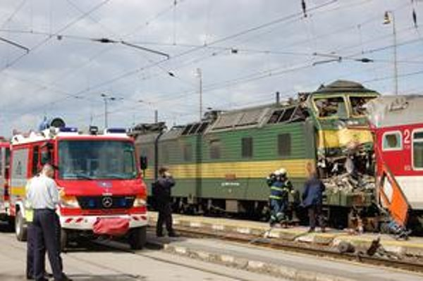 Miesto hrôzy. Príčina zrážky rušňa a vlaku sa vyšetruje.