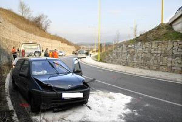 Neuveriteľné šťastie. Auto zbehlo z mosta (vpravo), preletelo cestu a zastalo pred oporným múrom.