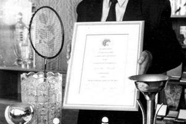 Jaroslav Kozák s ocenením medzinárodnej federácie za zásluhy o rozvoj bedmintonu.