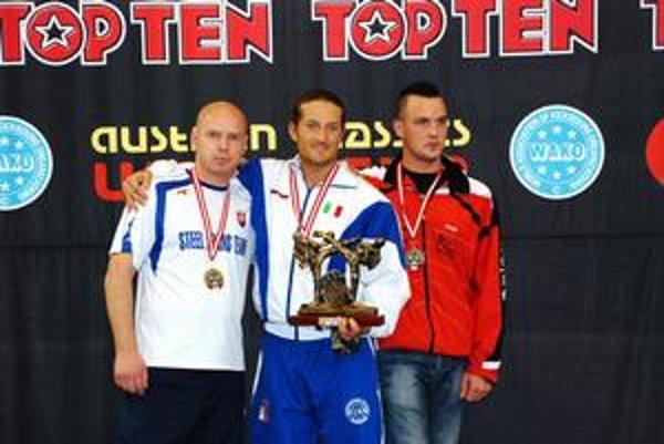 Na stupňoch víťazov si s bronzovou medailou z Austrian Classics zapózoval aj Ladislav Tóth (vľavo).