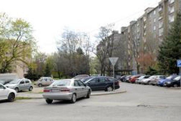 Tatranská. Na ulici sa stavia nové parkovisko, ktoré však bude na úkor zelene.