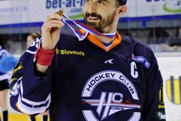 Peter Bartoš sa teší z druhej zlatej medaily v košickom drese.