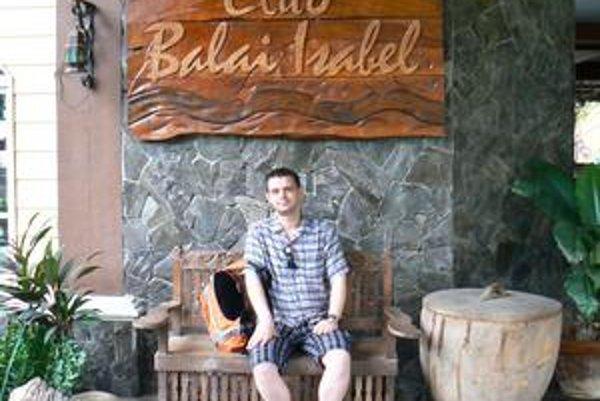 Miro neďaleko mesta Talisay, pred jedným z klubov, v ktorom hostí obsluhuje spievajúci personál.