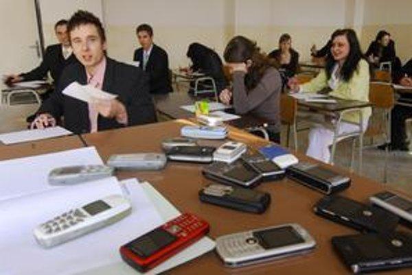 Mobily musia mať študenti vypnuté a v taškách.