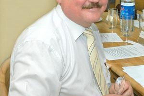 Poslanec Alfonz Tkáč. SDKÚ si pomáha roznášaním letákov do schránok.