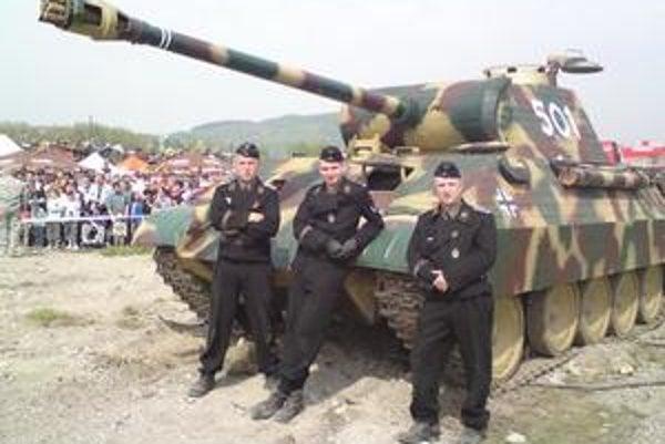 Nemecký tank Panther a jeho posádka patrili k najväčším atrakciám sobotňajšej rekonštrukcie v KOMAG–u.