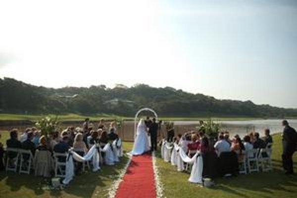 Svadobný obrad mali v zátoke, iba pár metrov od mora.