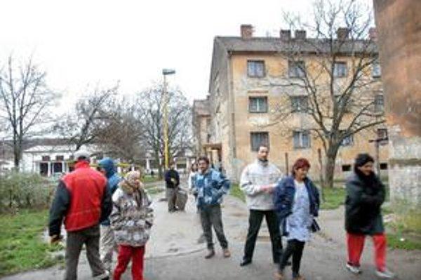 Námestie oceliarov. Rómovia tu žijú prevažne v mestských bytoch, ktoré má Šaca v správe.